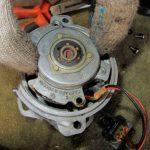 Демонтируйте опорную пластину устройства из конструкции.