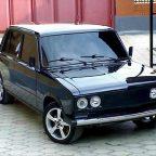 Черный автомобиль ВАЗ 2106