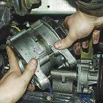 Демонтаж устройства с двигателя.