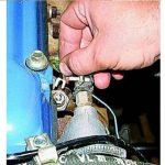 Ослабьте болт, фиксирующий провод, и отсоедините его от ДДМ