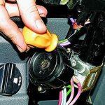Открутите болты, которые крепят контактную часть.