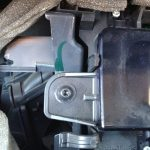 Выкрутите отверткой саморезы, фиксирующие контрольный щиток к центральной консоли.