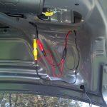 Запитайте гаджет, подключив все необходимые провода.