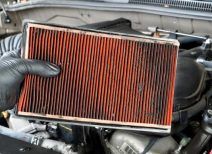 Как часто следует производить замену воздушного фильтра двигателя автомобиля и как правильно это сделать?